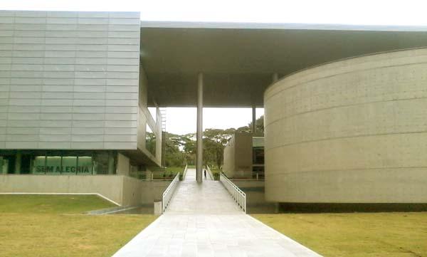 Fachada da biblioteca Brasiliana Guita e José Mindlin (Foto por Daniel Mendonça)