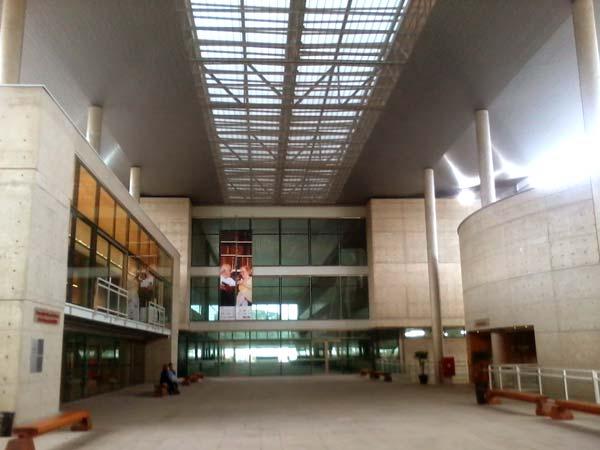 Hall principal da biblioteca Brasiliana Guita e José Mindlin