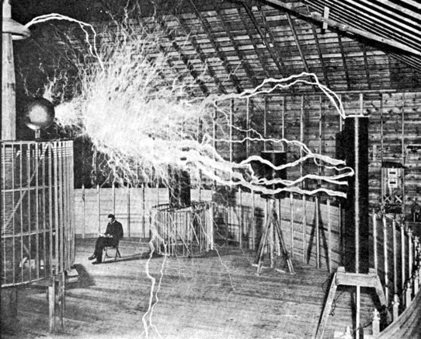 Reprodução de Tesla em seu laboratório com suas bobinas de Tesla em pleno funcionamento
