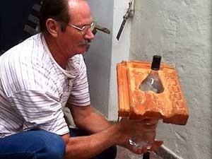 Alfredo Moser mostra sua invenção, a lâmpada de garrafa PET